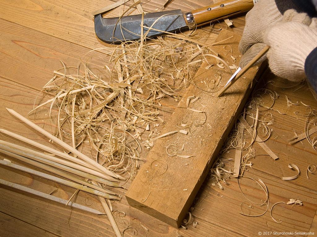 棕櫚箒のコウガイを削る