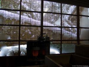 工房の窓と雪景色