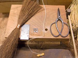 棕櫚箒製作風景-【棕櫚箒】本鬼毛9玉長柄箒-作業台
