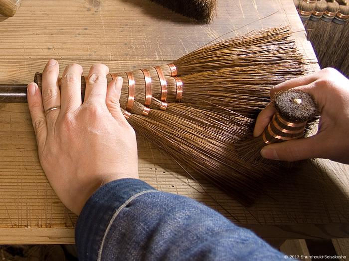 本鬼毛小箒の仕上げ工程-箒を磨く
