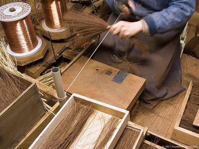 棕櫚箒製作風景-引き紐で仮締め