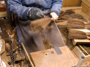 本鬼毛9玉長柄箒の玉作り-足巻きをする工程