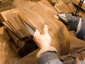 荒神箒(小箒)用の棕櫚皮の選別