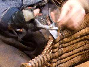 皮7玉長柄箒作り-黒褐色麻糸巻-コウガイを切る