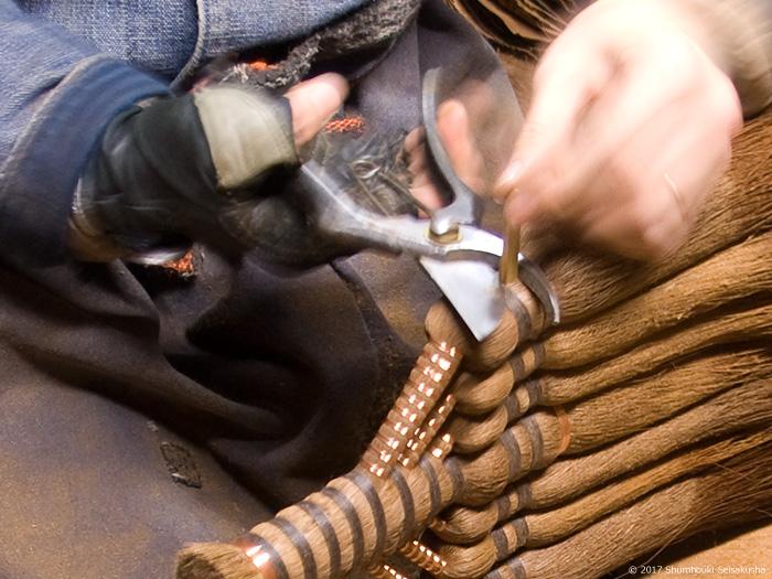 皮7玉長柄箒作り-コウガイを切る