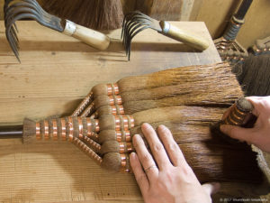 箒を磨き整える-皮7玉長柄箒