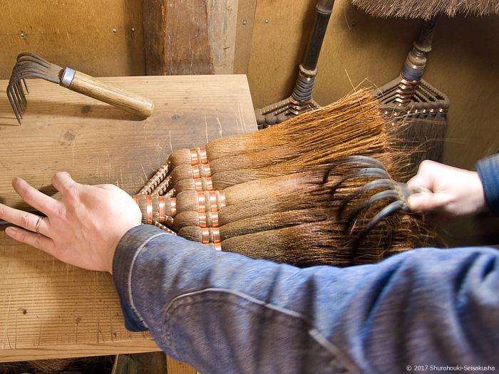 皮長柄箒に熊手をかける→箒を磨く工程