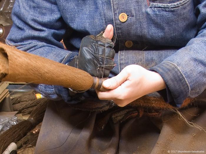 皮箒の玉に蝋引き麻糸を巻く