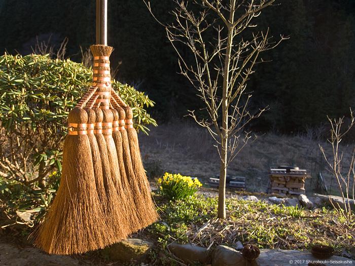 引き続き皮箒の自然乾燥と皮の選別等