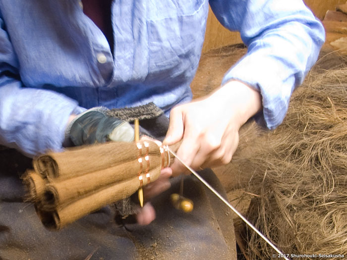 棕櫚箒-皮荒神箒3玉/黒竹柄付を作る