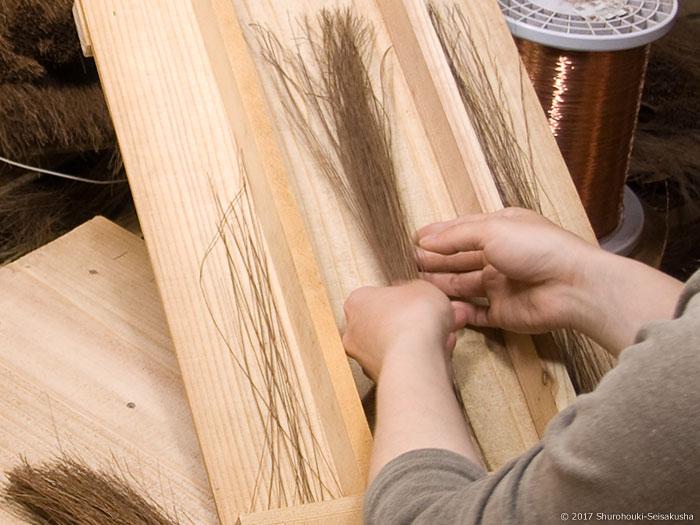 棕櫚繊維の中から本鬼毛・タチケを選別