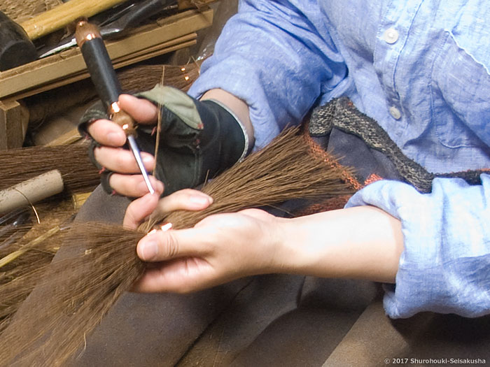 棕櫚箒-本鬼毛9玉長柄箒の玉に足巻きをする