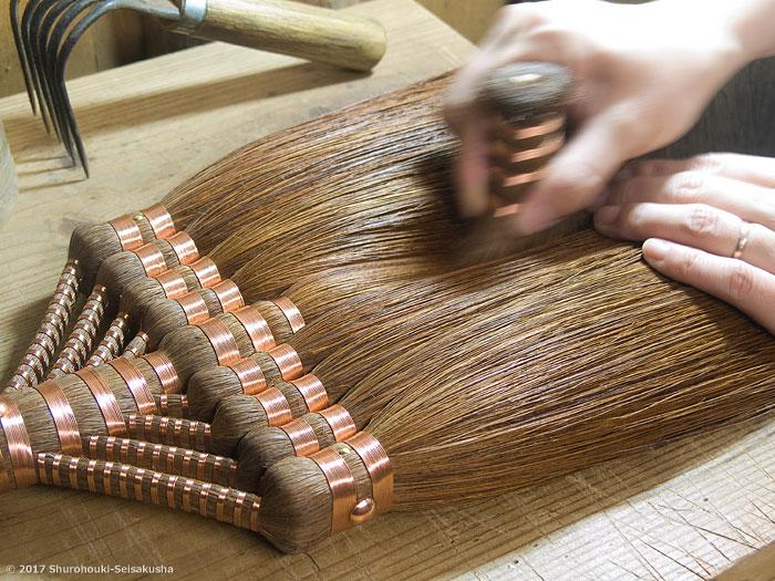 棕櫚箒-本鬼毛9玉長柄箒を磨く