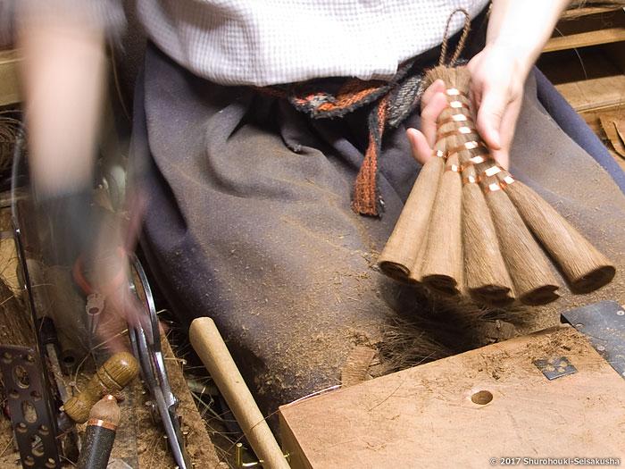 棕櫚箒-皮荒神箒5玉トサカ型/共柄を作る