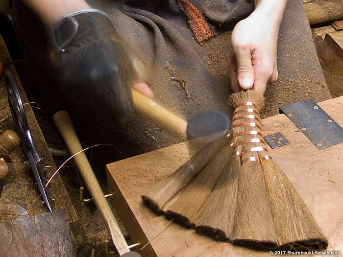 製作風景-【棕櫚箒】皮荒神箒5玉トサカ型/黒竹柄(短)