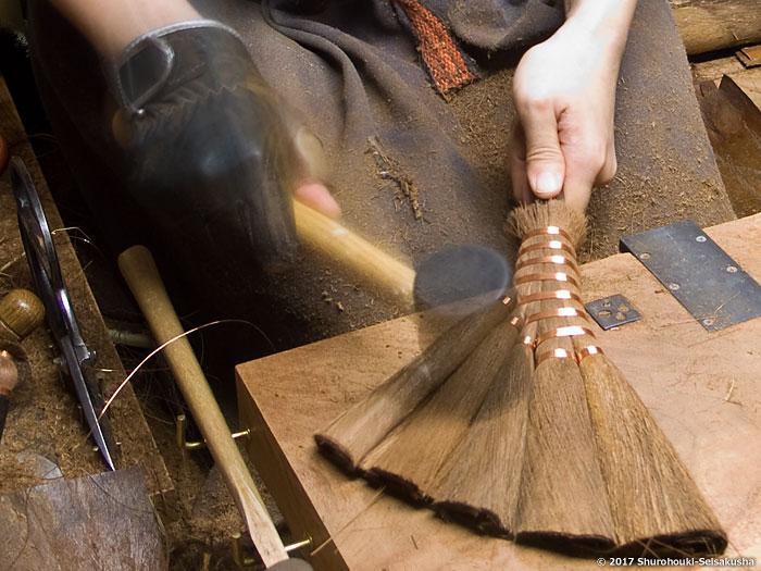棕櫚箒-黒竹柄付き皮荒神箒5玉トサカ型