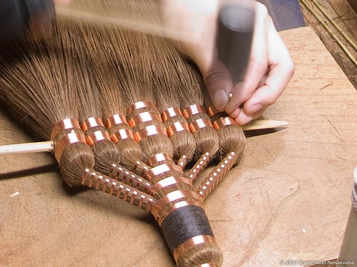棕櫚箒-本鬼毛7玉長柄箒を合わせる工程と鬼毛の選別