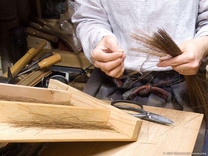 棕櫚箒-皮手箒作りと鬼毛の選別