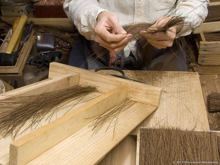 棕櫚箒-本鬼毛の選別と本鬼毛箒の玉作り