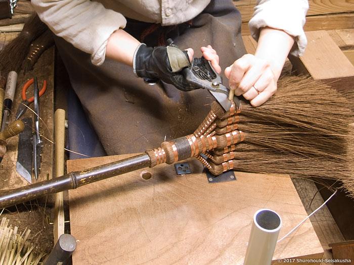 棕櫚箒-鬼毛箒(タイシ箒)に竹クサビを打つ