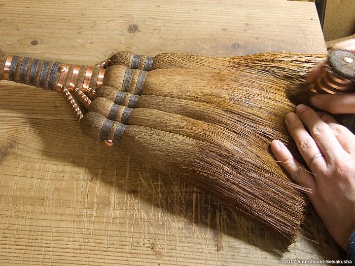 棕櫚箒-棕櫚皮箒作りと棕櫚箒用竹串のコウガイを削る