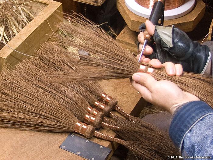棕櫚箒-玉に足巻きをする工程と鬼毛の選別