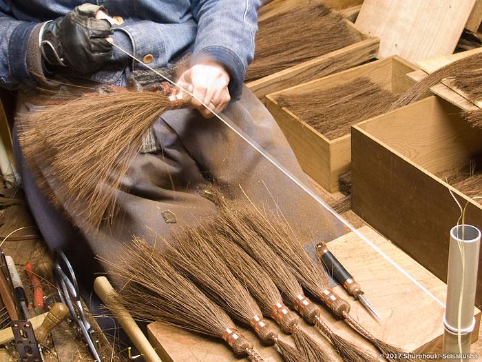 棕櫚箒-鬼毛箒の玉に足巻きをする