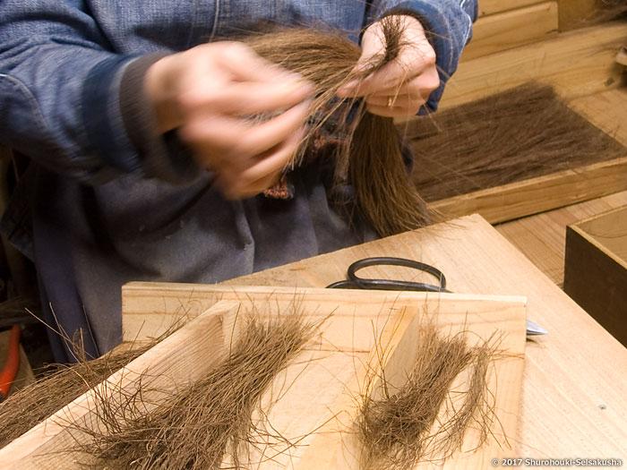棕櫚箒-本鬼毛長柄箒の原料になる本鬼毛の選別