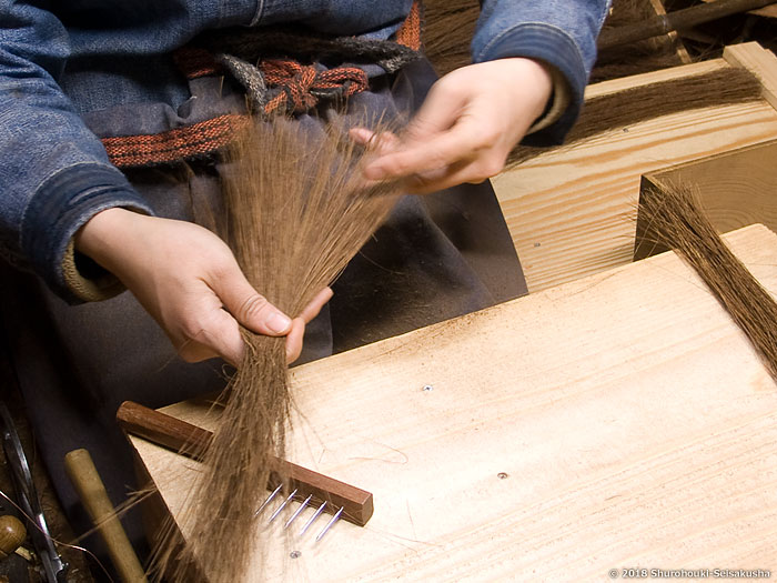 棕櫚箒-鬼毛箒(タイシ箒)の原料繊維を揃える