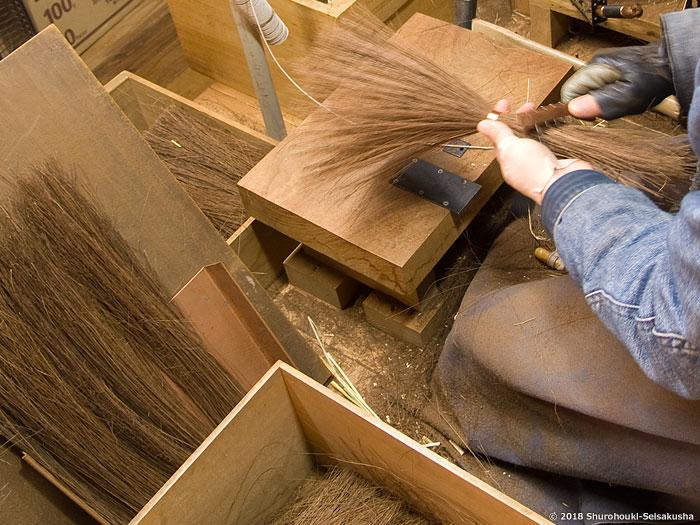 棕櫚箒-本鬼毛9玉長柄箒の玉作り
