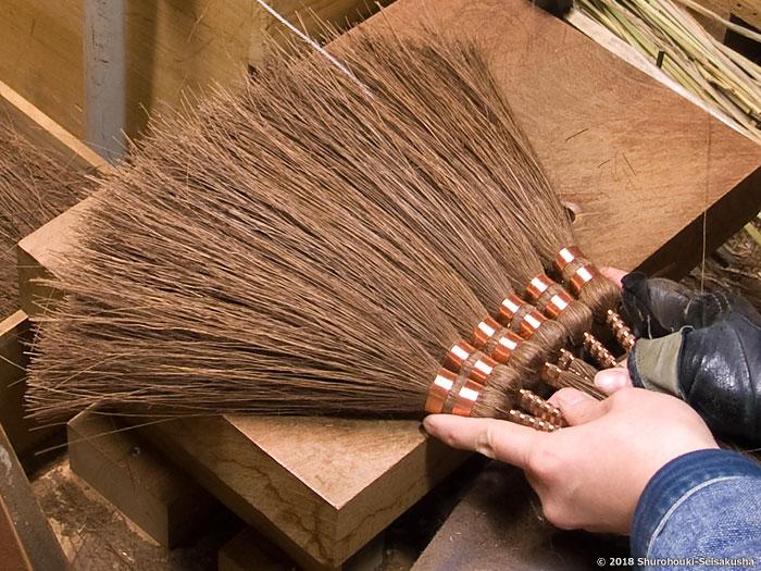 棕櫚箒-本鬼毛長柄箒の玉に足巻きをする