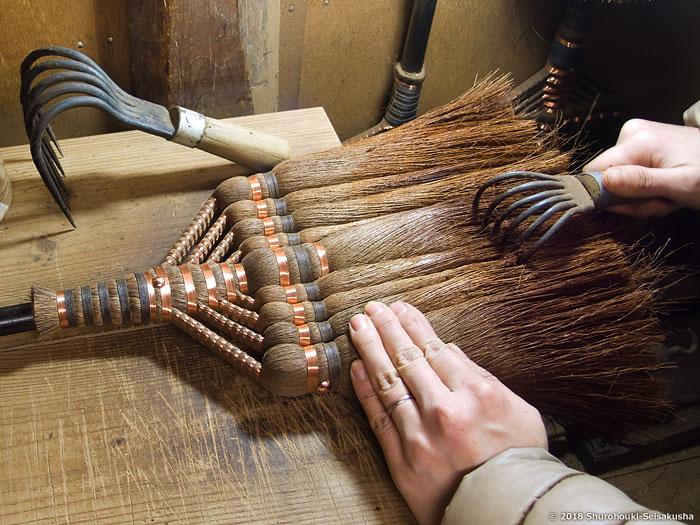棕櫚箒-棕櫚皮長柄箒の穂先を熊手で捌く