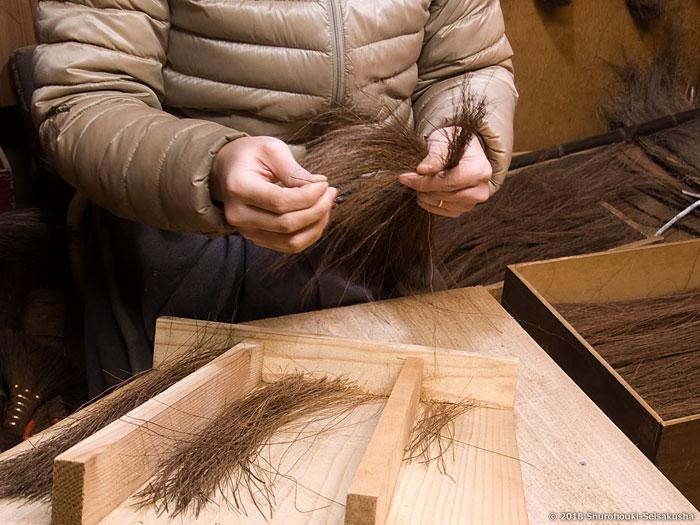棕櫚箒-本鬼毛9玉長柄箒の原料の選別と玉作り