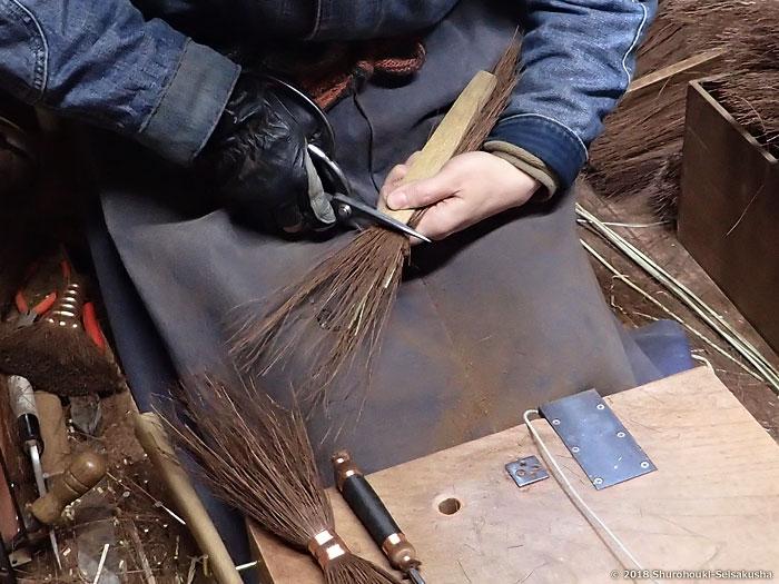 棕櫚箒-本鬼毛選別と本鬼毛箒の玉に足巻きをする工程