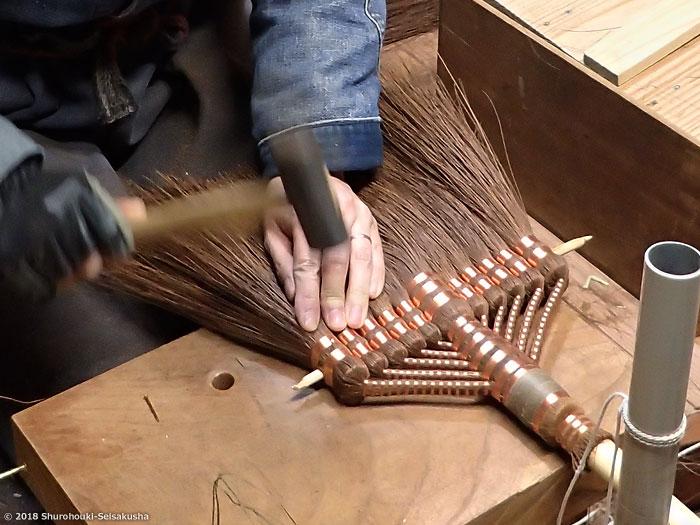 棕櫚箒-本鬼毛長柄箒を合わせる工程と選別