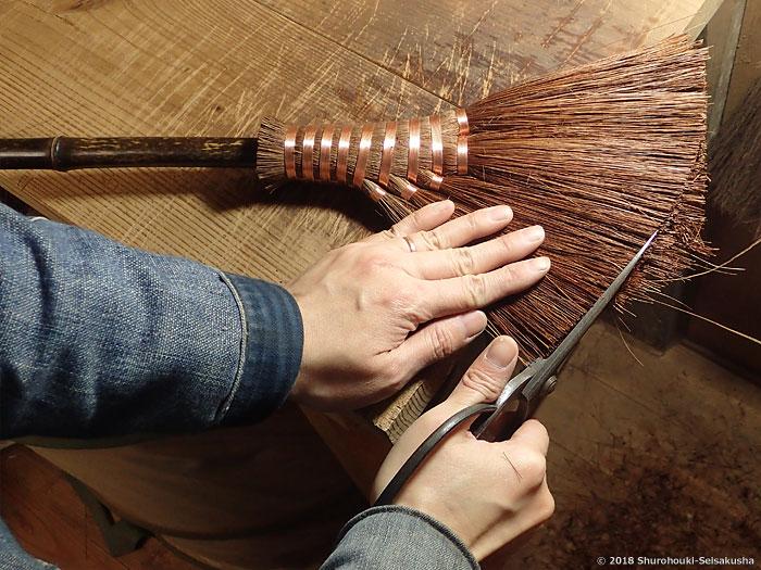 棕櫚箒-本鬼毛小手箒の仕上げ工程と皮荒神箒など