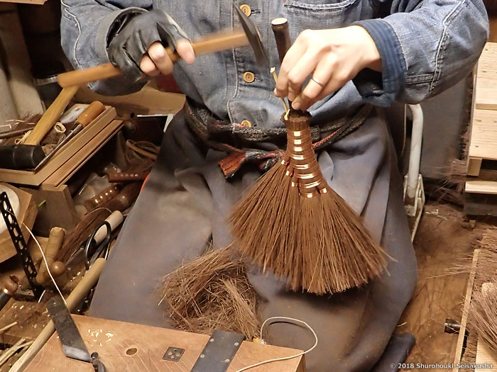 棕櫚箒-黒竹柄の本鬼毛荒神箒5玉トサカ型