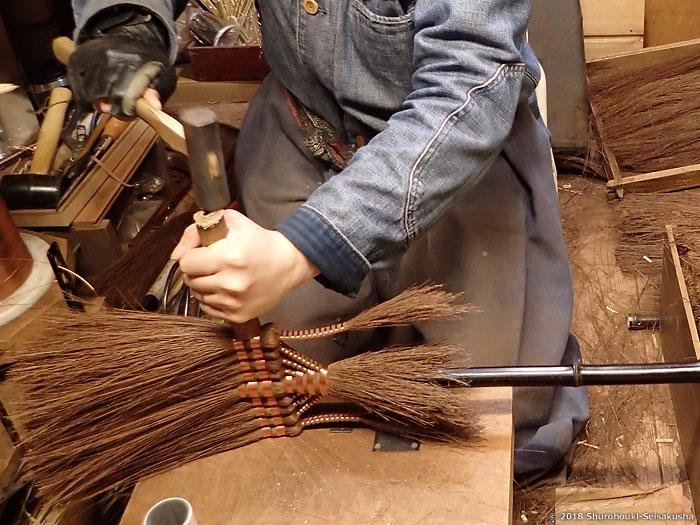 棕櫚箒-コウガイ削りと本鬼毛長柄箒を合わせる