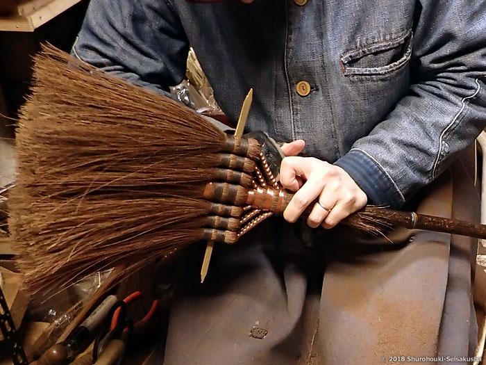 棕櫚箒-本鬼毛箒の玉に足巻きし箒の形に合わせる