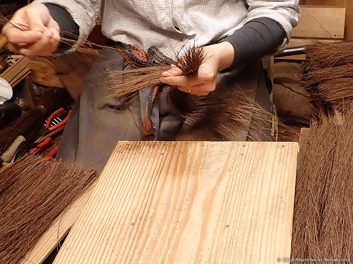 棕櫚箒-本鬼毛荒神箒の原料となる本鬼毛の選別