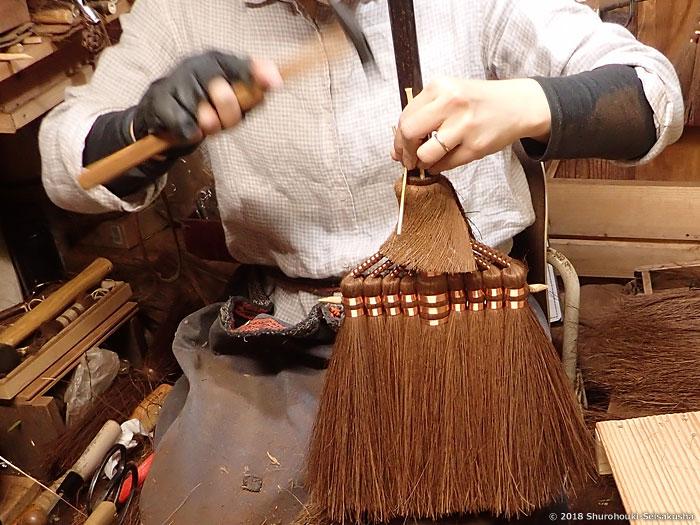 棕櫚箒-鬼毛箒=タイシ箒に竹クサビを打つ