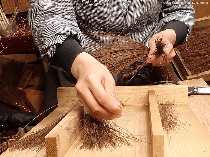 棕櫚箒-原料の本鬼毛の選別