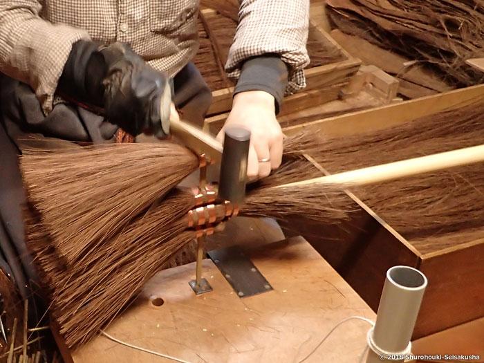棕櫚箒-本鬼毛箒を合わせる工程と玉作り