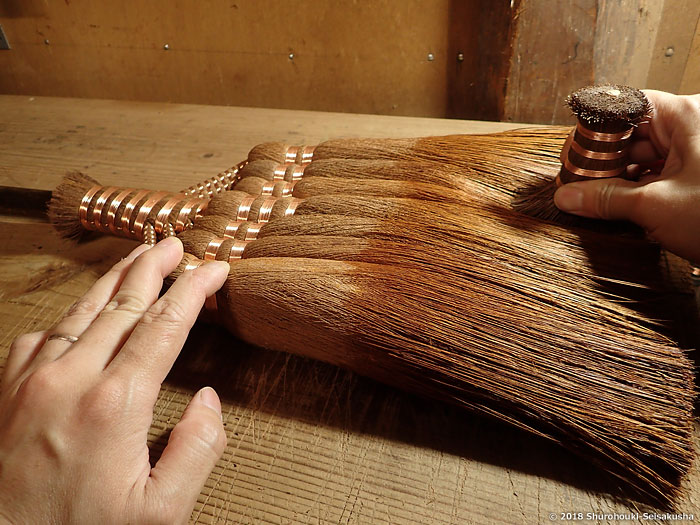 棕櫚箒-棕櫚皮7玉長柄箒の仕上げ工程