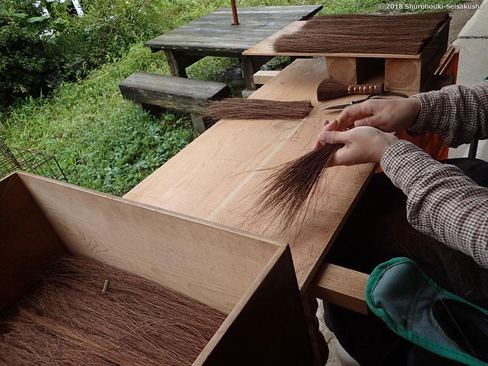 棕櫚箒-鬼毛箒=タイシ箒作りの下準備