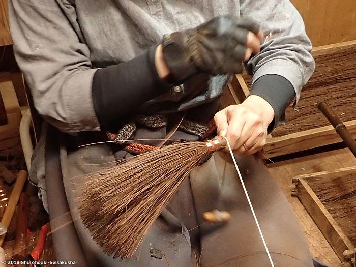 棕櫚箒-鬼毛箒=タイシ箒の玉作りとコウガイ削り