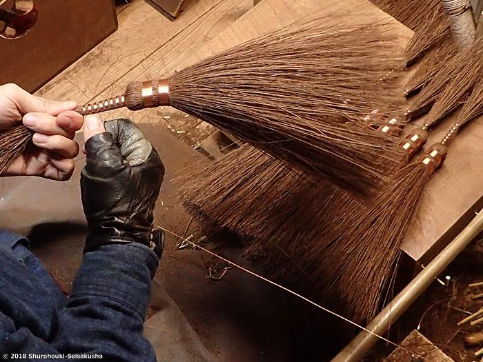 棕櫚箒-本鬼毛選別と足巻きをする工程