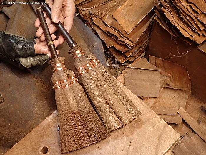 棕櫚箒-皮荒神箒3玉/黒竹柄を作る