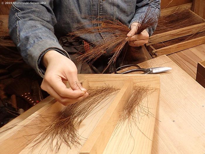 棕櫚箒-本鬼毛箒の原料になる本鬼毛の選別