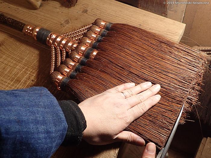 棕櫚箒-本鬼毛9玉長柄箒の仕上げ工程